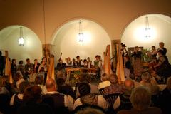 Der Burghof in Starnberg im Kerzenschein und lauter junge Musikanten auf der B�hne